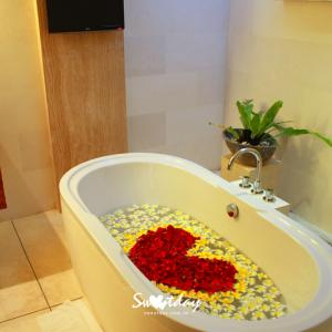 Flower Bath For Honeymoon Set up